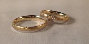 Ella: mod 327 de 4mm, en oro blanco/amarillo, acabado mate diamantado/pulido, grosor Premiun y con 3 diamantes de 0,045 kt;  El: Exactamente igual pero sin diamantes