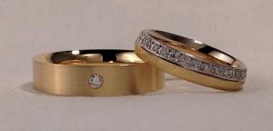 También en este caso, han elegido dos alianzas diferentes, pero con el mismo color de oro y las dos con diamantes. La de ella es un modelo premium con diamantes todo alrededor en 4 mm de ancho y un acabado diamantado, la de èl es un poco mas ancha 5 mm, con un brillante que resalta aun mas gracias al acabado satinado. Ella: mod 420 4 mm oro amarillo diamantado y acabado Premiun;  El: mod 115 5 mm oro amarillo satinado, Premiun y un diamante de 0, 045 kt