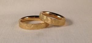 Ella y el: modelo 115 de 4 mm, en oro amarillo, mate diamantado, grosor Premiun   En este caso también se decidieron por dos alianzas exactamente iguales, son muy cómodas al ser curvas por dentro y con el acabado mate diamantado que es el mas resistente de todos