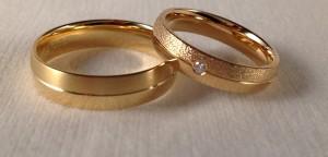 Ella: modelo 100 de 3 mm, en oro amarillo pulido, grosor clásico El:    Modelo 100 de 4 mm, en oro amarillo pulido, grosor clásico   En este caso se han decidido por un modelo clásico, una alianza de media caña en brillo, con la diferencia de 1 mm en el ancho