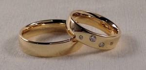 El modelo 110 que ha elegido esta pareja, se caracteriza por su forma oval. En este caso las han elegido iguales, pero en la de ella han añadido 5 diamantes que le dan un toque muy original. Ella: modelo 110 en 5 mm, oro amarillo brillo, grosor Premiun y 5 diamantes El:    Todo igual, menos los diamantes