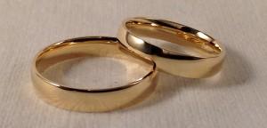 Dos alianzas clásicas, iguales para los dos, aunque el modelo 105 se caracteriza por llevar curva por dentro y por fuera, lo que las hace mas cómodas y fuertes Ella y el: modelo 105, 4 mm, oro amarillo, pulido, acabado Confort