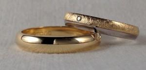 Esta pareja han optado por dos modelos distintos, sin embargo tienen la misma forma curva por el exterior, él ha escogido la opción mas clásica en amarillo pulido y ella una combinación de oro blanco pulido y amarillo diamantado, además le ha añadido un diamante de 0,015 kt., ambas con la terminación premium, la mas fuerte de todas. Ella: modelo 327, 4 mm, oro blanco pulido/ amarillo diamantado, premium, diamante 0,015 kt El:    modelo 100, 4 mm, oro amarillo pulido, premium Zona de los archivos adjuntos