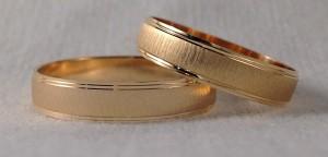 En este caso se decidieron por dos alianzas exactamente iguales, es el modelo 710084 de 4,5 mm de ancho se caracteriza por llevar un mateado especial en el centro y dos rayitas en doble altura en los laterales. Ella y él: modelo 710084, 4,5 mm en oro amarillo, mate/brillo