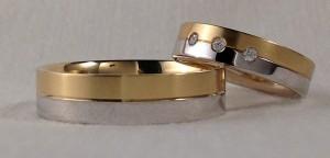 Esta pareja se ha decidido por el modelo 325, el exterior es plano, pudiendose hacer con cualquier combinación de oro y acabado, el interior es curvo. Ella escogió el ancho de 5 mm, en oro blanco y amarillo, el acabado es el pulido/satinado y con el grosor premium, además la realzó con tres diamantes centrales de 0,075 kt, la de él es la misma pero de 6 mm y sin diamantes.  Ella: modelo 325, 5 mm, oro blanco pulido y amarillo satinado, premium, 3 diamantes de 0,075 kt;  El: el mismo modelo y acabado de 6 mm