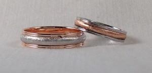 Una opción muy interesante la esta pareja, han elegido dos alianzas complementarias, las dos del modelo 205, ella en 4 mm de ancho con el oro rojo diamantado en el centro y él la de 5 mm y el oro blanco diamantado central, una buena forma de combinar el que las alianzas sean iguales y a la vez diferentes. Ella: mod. 205, 4 mm, oro blanco/rojo/blanco, pulido/diamantado, clásica; El: mod. 205, 5 mm, oro rojo/blanco/rojo, pulido/diamantado, confort