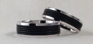 El modelo Safari, aparte de hacerse en cualquier color de oro, se puede hacer también en plata como en este caso, son características sus bandas de caucho negro, también han elegido dos anchos diferentes, 6 mm para ella y 7 para él  Ella: modelo Safari, plata brillo/caucho, 6 mm; . El: la misma en 7 mm.