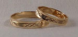 Este es el modelo 9SA2554, tiene una sección rectangular y se caracteriza por su banda central tallada, en este caso los dos escogieron oro amarillo y el ancho de 4 mm.  Ella y él: modelo 9SA2554, oro amarillo brillo, 4 mm.