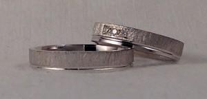 Esta pareja han elegido el mismo modelo para los dos, es el 6400, en 4 mm de ancho y el grueso de 1,5 mm, en oro blanco pulido la parte mas estrecha y con el acabado rayado fuerte en la parte ancha, ella además la ha personalizado con tres diamantes, encerrados en una caja rectangular. Ella.- modelo 6400, 4 x 1,5 mm, oro blanco pulido/rayado fuerte, 3 diamantes de 0,015 cada uno El.- el mismo modelo sin diamantes.