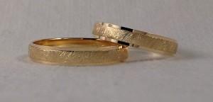 El modelo 130 lleva unos escalones en los laterales, para que destaque mas el centro, en este caso aun resalta mas, al elegir el acabado diamantado. El ancho es de 4 mm en ambos casos y el grosor clásico.  Ella y el: modelo 130, 4 mm, oro amarillo, pulido/diamantado, clásica