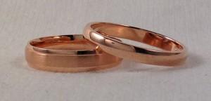 Esta pareja se decidió por dos alianzas en oro rojo, ambas tienen una forma de media caña, o sea con la curva por el exterior, a ella le gusta un poco mas ancha de 3,5 mm y con un mate satinado en el centro y el la escogió de 3 mm y toda en brillo. Ella: modelo 06622, 3,5 mm, oro rojo, centro mate, laterales brillo, altura 1,3 mm; El: modelo 06303, 3 mm, oro rojo, brillo, altura 1,3 mm
