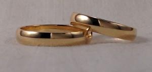 En este caso se decidieron por la alianza clásica de 1/2 caña, en oro amarillo brillo, de 3,5 mm de ancho y un grosor de 1,3 mm, este modelo en particular tiene una ligera curvatura por el interior para hacerla mas cómoda.  Ella y él: mod. 6303, 3,5 mm, oro amarillo brillo