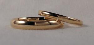 Esta pareja se decidió por el modelo almendrado, dos alianzas clásicas, pero con el acabado ínterior en curva, lo que las hace mas cómodas, los dos escogieron el oro amarillo brillo, pero ella en el ancho de 2,5 mm y el en 3,5.  Ella: mod. Almendrado, 2,5 mm, oro amarillo brillo;  El: El mismo en 3,5 mm