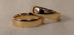 Esta pareja se decidió por el modelo 110, uno de los modelos mas cómodos, al ser redondeado por el interior y por el exterior, incluso los cantos también tienen una ligera curva, El ancho eligieron el mismo, 5 mm, en oro amarillo pulido, grosor premium, el mas fuerte de todos, ella realzó la alianza con un diamante de 0,06 kt. Ella: modelo 110, 5 mm, oro amarillo, pulido, premium, diamante 0,06 kt; El: el mismo modelo sin diamante