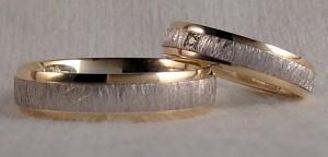 Este modelo es el 6622, en bicolor y con el acabado mate rayado central, se decidieron por dos anchos diferentes, 5 mm para él y 4 para ella, que además le puso un diamante en caja cuadrada, para realzarla un poco mas, el grueso que tienen ambas es el de 1,5 confort. Ella: mod 6622, 4 mm, oro blanco/amarillo, mate rayado/brillo, confort 1,5, diamante 0,015 kt; El: el mismo modelo y acabado en 5 mm