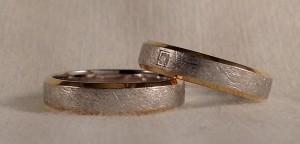 Esta pareja, escogió unas alianzas completamente nuevas. Basándose en el corte trapecio, pusieron el oro blanco en el centro y además lo acabaron con el mate diamantado, dejando el amarillo pulido para los laterales, ella le añadió un diamante de 0,02 kt en caja cuadrada. Ella: mod Letizia, 4,5 mm, oro blanco diamantado/amarillo pulido, diamante de 0,02k;t El: el mismo modelo sin diamante