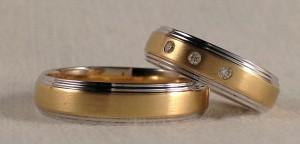 El modelo 341 se caracteriza por los dos escalones laterales, lo que realza la parte central al quedar mas elevada. En este caso las eligieron en oro bicolor y con el centro satinado, ambas son de 5 mm y acabado confort, ella le puso 3 diamantes de 0,045 kt, que destacan muy bien sobre el fondo satinado.  Ella.- mod. 341, 5 mm, oro blanco y amarillo, pulido/satinado, confort, 3 diamantes 0,045 kt; El.- El mismo modelo y acabado, sin diamantes