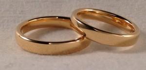 En este caso, escogieron unas alianzas del modelo oval en 3,5 mm de ancho y acabado brillo. Es una de las alianzas mas cómodas, ya que es curva tanto por el interior como por el exterior e incluso los bordes son redondeados, es también una de las mas fuertes y de las que mas tardan en desgastarse.  Ella y él: modelo oval, 3,5 mm, oro amarillo, brillo