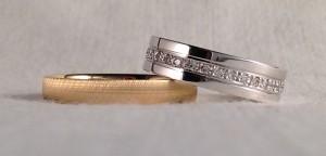 Esta pareja han escogido dos alianzas muy singulares y diferentes. Ella el modelo 435, de 5 mm de ancho, en oro blanco pulido, acabado premium, una fila de brillantes da la vuelta entera por el centro de la alianza. El sin embargo escogió el modelo plano, en 3,5 mm, en oro amarillo y mate grueso. Lo dicho una pareja de alianzas con encanto.  Ella.- mod. 435, 5 mm, oro blanco, pulido, premium, 33 diamantes de 0,33 kt; El.- mod. Plana, 3,5 mm, oro amarillo, mate grueso