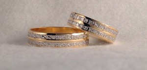 El modelo 5250464, es una alianza bicolor, con una doble fila de oro blanco facetado, que la hace muy original, el ancho es de 5 mm. Ella y él: modelo 5250464, oro blanco y amarillo, facetado y pulido, 5 mm