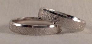 El modelo 6392, tiene forma de trapecio, las dos son en oro blanco y acabado diamantado en diagonal, en este caso, ella escogió un ancho de 4,5 mm y él medio milímetro mas estrecha (4 mm)  Ella.- modelo 6392, 4,5 mm, oro blanco diamantado, confort 1,5 mm; El.- el mismo modelo en 4 mm