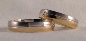 Estas alianzas del modelo 6426, son de las pocas que llevan una división en diagonal, con lo que se consigue que al girarla, se vea un poco distinta. Sobre todo en este caso, ya que eligieron oro bicolor y acabado mate/brillo, ella le puso un diamante de 0,02 ct. Ella.- mod. 6428, 4,5 mm, oro blanco satinado/ amarillo brillo, confort 1,3, diamante 0,02 ct.; El.- mod. 6426, 4,5 mm, oro blanco satinado/ amarillo brillo, confort 1,3