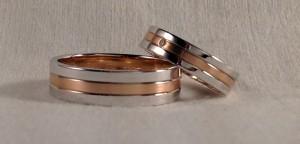 Esta pareja escogió el modelo 330, con tres bandas de la misma anchura, la central para que destaque mas, la eligieron en oro rojo satinado, que contrasta con el blanco pulido, además se decidieron por anchos diferentes él en 6 mm y ella en 4,5 mm, añadiéndole un diamante de 0,015 ct. y ambas en acabado confort.  Ella .- modelo 330, 4,5 mm, oro blanco pulido/ oro rojo satinado, confort, diamante 0,015 ct;  El .- modelo 330, 6 mm, oro blanco pulido/ oro rojo satinado, confort