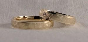 El modelo 83109 tiene tres bandas, siendo la del centro un poco mas alta y mas ancha, para que destaque mas. Ambos la eligieron en 4 mm de ancho con acabado diamantado, el color del oro es el amarillo limón, un tono de oro muy clarito, ella además la personalizo con un diamante de 0,015 kt. Ella.- modelo 83109, 4 mm, oro amarillo limón, pulido/diamantado, diamante de 0,015kt; El.- el mismo modelo y acabado, pero sin diamante