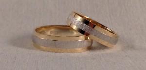El modelo 6467 tiene 3 bandas que se pueden personalizar como queráis, en este caso para que destaquen mas, eligieron dos colores de oro, el amarillo/blanco y dos acabados diferentes pulido/diamantado. Ella escogió una medio mm mas estrecha que la de él y el grosor ambos se decidieron por la plana 10.  Ella.- modelo 6467, 4,5 mm, oro amarillo/blanco, pulido/diamantado; El.- modelo 6467, 5 mm, oro amarillo/blanco, pulido/diamantado