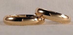 Esta pareja se decidió por unas alianzas clásicas. Su forma es la media caña, de 4 mm de ancho y en oro amarillo brillo.  Ella y el.- media caña, 4 mm, oro amarillo, brillo