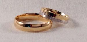 Por dos alianzas distintas, han optado en este caso. Ella eligió el modelo 6453 con separación en diagonal de los dos oros, blanco satinado y oro amarillo pulido, ancho de 4,5 mm y grosor de 1,3 mm, además lleva un diamante de 0,20 ct. El, sin embargo, se decidió por un modelo más clásico, la de media caña en oro amarillo pulido, en 5 mm. de ancho.  Ella.- mod 6453, 4,5x1,3 mm, oro blanco/amarillo, satinado/pulido, diamante 0,20 ct;  El.- modelo media caña, 5 mm, oro amarillo pulido