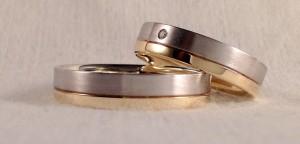 Esta pareja escogió el mismo modelo, el 326, dividido en dos partes asimétricas. Para diferenciarlas mas, eligieron distintos oros y acabados, el amarillo brillo y el blanco satinado. Ambas son de 5 mm y acabado premium. Ella le añadió un diamante de 0,015 ct.  Ella.- modelo 326, 5 mm, oro blanco/amarillo, satinado/pulido, premium, diamante 0,015ct.  El.- Mismo modelo y acabado, sin diamante