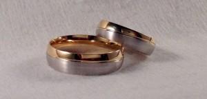 Dos alianzas del mismo modelo, el 6426, con raya diagonal, que divide los dos acabados de la alianza. Sim embargo, eligieron anchos y gruesos distintos, ella la de 5  mm y 1,3 de grueso y él la de 6 mm y 1,5 de grueso, el resto es igual, oro blanco satinado y amarillo pulido para los dos.  Ella.- modelo 6426, 5x1,3 mm, oro blanco/amarillo, satinado/pulido.  El.- modelo 6426, 6x1,5 mm, oro blanco/amarillo, satinado/pulido
