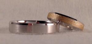 Estas dos alianzas, aunque parezcan diferentes, tienen la misma sección con forma de trapecio. Ella escogió el modelo Letizia, en oro bicolor y un acabado pulido por los laterales y diamantado en el centro, lo que hace que destaque aun mas. El sin embargo, se decidió por el modelo 6325, todo en oro blanco y el acabado mate satinado. Una buena combinación!!  Ella.- modelo Letizia, 4,5 mm, oro blanco pulido y oro amarillo diamantado;  El.- modelo 6325, 5 mm, oro blanco, pulido satinado, confort de 1,5 mm