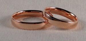 Esta pareja se decidió por dos alianzas iguales del modelo 110, uno de los más cómodos al ser redondeado por todos los lados, el ancho es de 4 mm en oro rojo pulido y acabado confort  Ella y el: modelo 110, 4 mm, oro rojo, pulido, confort