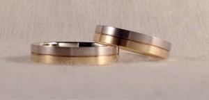 Esta pareja escogió el mismo modelo, el 325, dividido en dos partes simétricas. Para diferenciarlas, eligieron distintos oros y el mismo acabado satinado. Ambas son de 4 mm y acabado clásico.  Ella y él.- modelo 325, 4 mm, oro blanco/amarillo, satinado, clásica