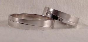 El modelo 6451, es muy curioso, no  por que según las giramos, vamos viendo mas ancho el mate o el brillo, ya que las raya que los divide va en diagonal. Los dos han escogido el mismo ancho y acabado, el de 4,5 mm en mate/brillo, pero ella la ha hecho un poco más fuerte, eligiendo el grosor confort de 1,3 mm y un diamante de 0,015 ct en caja cuadrada. El prefirió el grosor plano de 1 mm  Ella.- 6454, 4,5 mm x 1,3 confort, oro blanco, mate/brillo, diamante 0,015 ct El.- 6451, 4,5 mm x 1 plano, oro blanco, mate/brillo