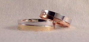 Estas dos alianzas son el mismo modelo, el 6451, pero las han diferenciado al hacerlas en dos colores distintos, ella en oro blanco y rojo y él, en oro blanco y amarillo, además él escogió el ancho de 5 mm y ella el de 4,5, realzándola con un diamante en caja cuadrada de 0,03 ct.  Ella .- mod 6451, 4,5x1,3 mm, oro blanco/rojo, pulido, diamante 0,03ct;  El.- mod 6451, 5x1,3 mm, oro blanco/amarillo, pulido