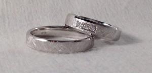 Esta pareja escogió el mismo modelo, el 6392 con forma de trapecio y el acabado diamantado en el centro, ella además le añadió 3 diamantes en caja cuadrada que realzan mucho la alianza.  Ella.- mod 01000Z, 4,5x1,5, pulido/diamantado, 3 diamantes de 0,015 ct cada uno; El.- mod 6392, 4x1,5, oro blanco, pulido/diamantado