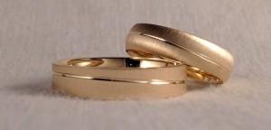 Esta pareja configuró dos alianzas, iguales en todo, excepto en la forma, ya que ella le gusta mas en forma de media caña curva y él preferia la plana. El color amarillo, el ancho de 5x1,3 mm y el acabado mate, las escogieron iguales.  Ella.- modelo 6427, 5x1,3 mm, oro amarillo, mate rayado suave;  El.- modelo 6452, 5x1,3 mm, oro amarillo, mate rayado suave