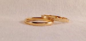 Estas alianzas son del modelo Noor, en oro blanco brillo y una banda de oro rojo diamantado, ambas son de 4,5 mm y ella le añadió 6 diamantes en caja cuadrada que le da un toque muy personal.  Ella.- mod. Noor, 4,5 mm, oro blanco brillo, rojo diamantado, 6 diamantes de 0,030 ct;  El.- Mismo modelo y acabados sin diamantes