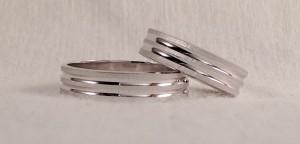 Ambos escogieron el modelo 01036PL, que combina el acabado rayado de su superficie, con dos canales centrales en brillo, son de 5 mm de ancho por 1 mm de grueso.  Ella y él: modelo 01036PL, 5x1 mm