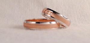 El modelo 6490, se caracteriza por tener tres bandas, siendo la central un poco mas ancha y se pueden combinar como queráis, en este caso se decidieron por el oro blanco y rosa, combinando el brillo y el mate rayado suave. Ella además le añadió tres diamantes de 0,015 ct cada uno.  Ella: modelo 6490, 5x1 mm, oro blanco brillo/rojo rayado suave, 3 diamantes 0,045 ct;  El: El mismo modelo sin diamantes