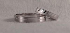 En este caso aunque eligieron el mismo modelo, el 6471, decidieron hacerlas de distinto ancho y distinto acabado. Ella la hizo más estrecha, de 3,5 mm, ya que su mano es mas pequeña y en el acabado rayado suave y èl escogio el tamaño siguiente de 4 mm., en mate suave.  Ella.- modelo 6471, 3,5x1 mm, oro blanco, rayado suave;  El.- modelo 6471, 4x1 mm, oro blanco, mate suave
