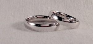 En esta ocasión, ambos escogieron el modelo almendrado, es como la tradicional de media caña, pero con curva en el interior, lo que las hacen más fuertes y mas cómodas. Las dos son en oro blanco brillo, pero la de él es 0,5 mm mas ancha, para compensar la diferencia de numero.  Ella .- modelo almendrado minimal, 4 mm, oro blanco brillo;  El.- modelo almendrado minimal, 4,5 mm, oro blanco brillo
