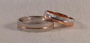Dos alianzas que combinan muy bien, a pesar de ser diferentes modelos. Ella eligió el 6387 en dos colores rojo y blanco, con un acabado diamantado y un diamante de 0,02 ct y él escogió el modelo 6641, todo en oro blanco rayado suave y una raya central en oro rojo, para combinar con la de ella.  Ella: modelo 6387, 4x1 mm, oro blanco/rojo, diamantado, diamante 0,020 ct El:    modelo 6641, 5x1 mm, oro blanco/rojo, rayado suave