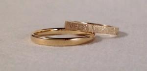 Estas alianzas son variantes de las clásicas. Ella escogió el modelo 6602, de corte rectangular y acabado diamantado y él se decidió por el modelo P6, de corte oval y acabado brillo, ambas en oro amarillo y de 2,5 mm de ancho y 1,3 de grueso.  Ella.- modelo 6602, 2,5x1,3 mm, oro amarillo, diamantado;  El.- modelo P6, 2,5x1,2 mm, oro amarillo brillo