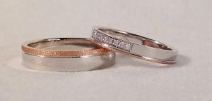 El modelo P7, tiene una sección rectangular y se puede personalizar de muchas formas diferentes. En este caso ambos las han elegido en oro blanco pulido y una raya finita en oro rojo diamantado, él escogió el ancho de 4,5x1,4 mm y ella la de 3x1,4 y además le añadió 8 diamantes juntos en caja cuadrada, lo que le da ese toque tan especial.  Ella : modelo P7, 3x1,4 mm, oro blanco/rojo, pulido/diamantado, 8 diamantes 0,04 ct;  El: modelo P7, 4,5x1,4 mm, oro blanco/rojo, pulido/diamantado